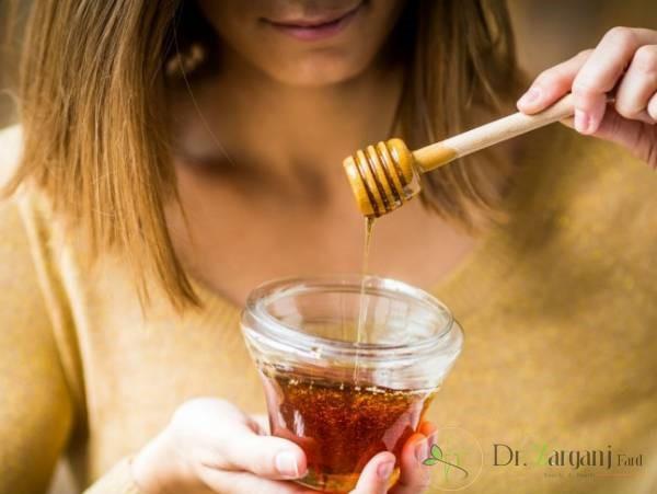 خوردن عسل برای پر کردن صورت: