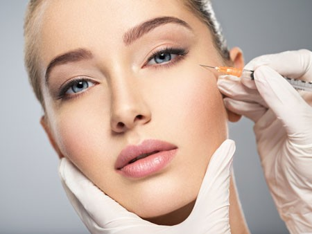 اگر شما برای انجام تزریق ژل به گونه به پزشک متخصص و یا جراح زیبایی مراجعه کنید